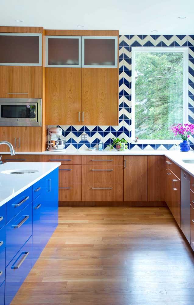 O destaque dessa cozinha é a ilha em tom de azul royal; repare no charme que é a combinação entre o azul e a madeira