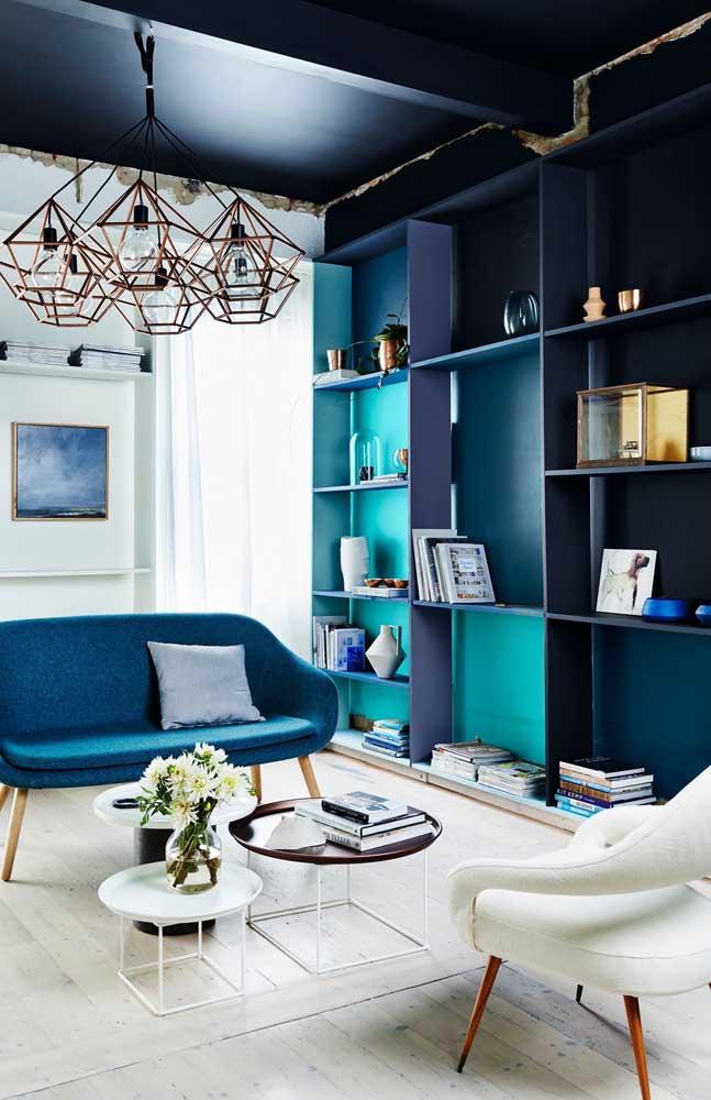 Tons de azul e roxo marcam essa decoração contemporânea; repare que o branco foi usado na base