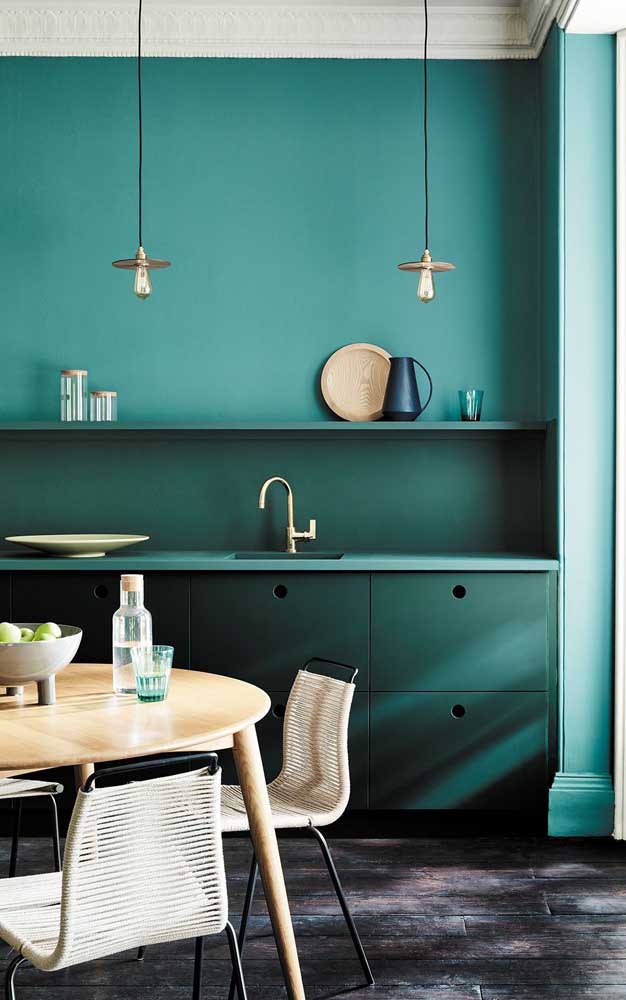 Tons de azul e verde se confundem nessa cozinha intimista e acolhedora