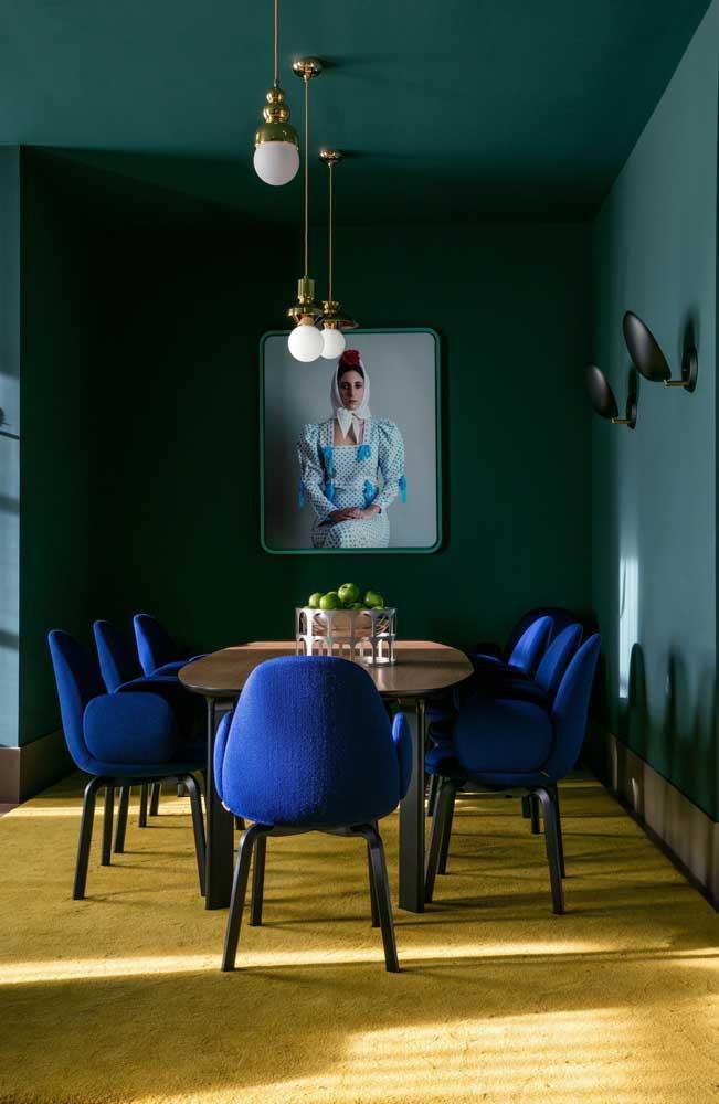 """E o que acha dessa sala de jantar marcada por uma personalidade forte? Aqui, o azul e o verde trazem sofisticação, enquanto o amarelo se encarrega de """"aquecer"""" e criar contraste"""