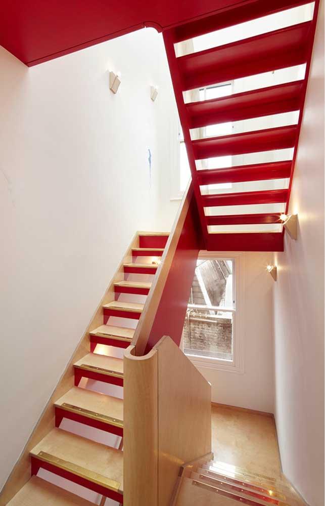 Essa escada inovou na maneira de inserir o vermelho na decoração