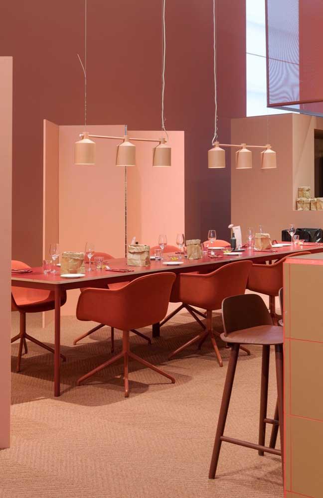 """Para quem curte ambientes conceituais, essa sala de jantar em tons de vermelho é perfeita; repare como a cor deixa o ambiente """"quente"""""""