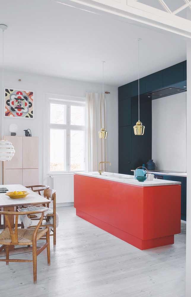 Já na cozinha contemporânea, o vermelho foi usado na ilha contrastando com sua cor complementar, o azul, que vem logo atrás colorindo o armário