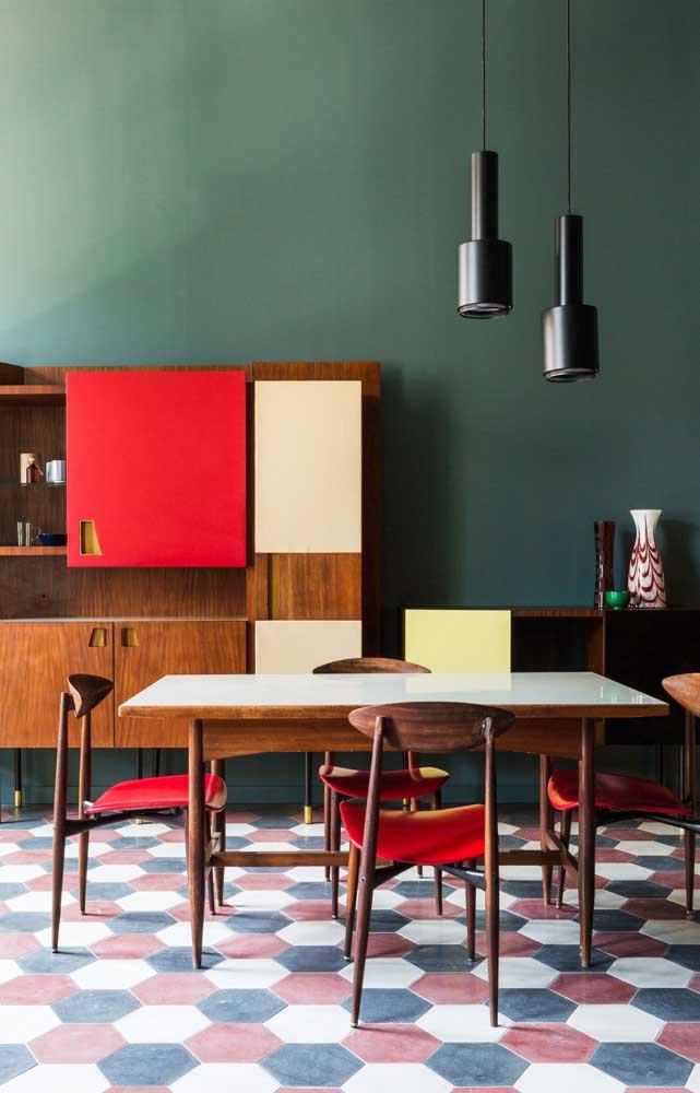 O tom natural da madeira casa perfeitamente com o vermelho vivo dos detalhes dessa cozinha; para fechar a proposta cheia de estilo, uma parede verde escuro