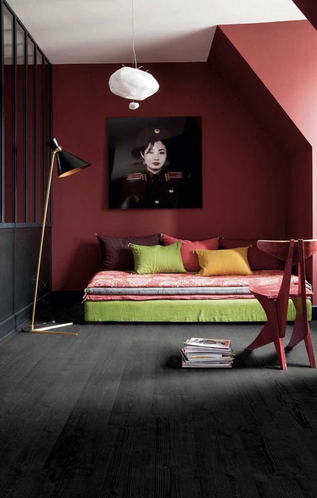 Moderno e refinado, esse quarto usou com maestria o tom de vermelho fechado nas paredes