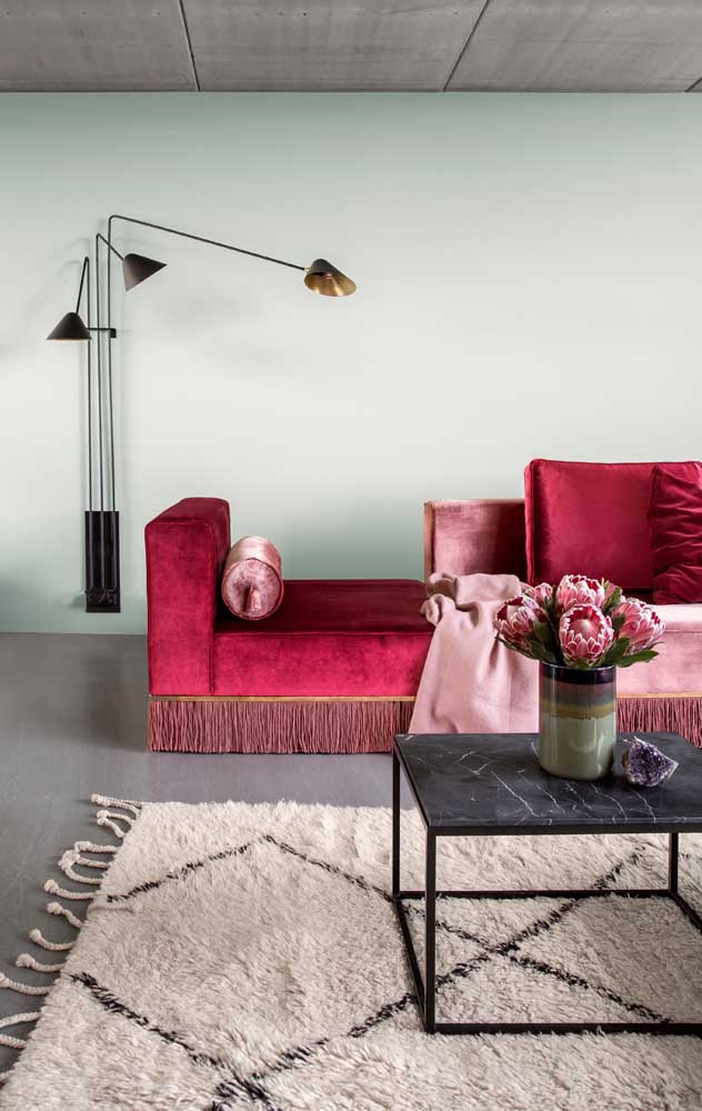 Vermelho também é a cor do luxo e do glamour, especialmente quando ele vem em um sofá de veludo
