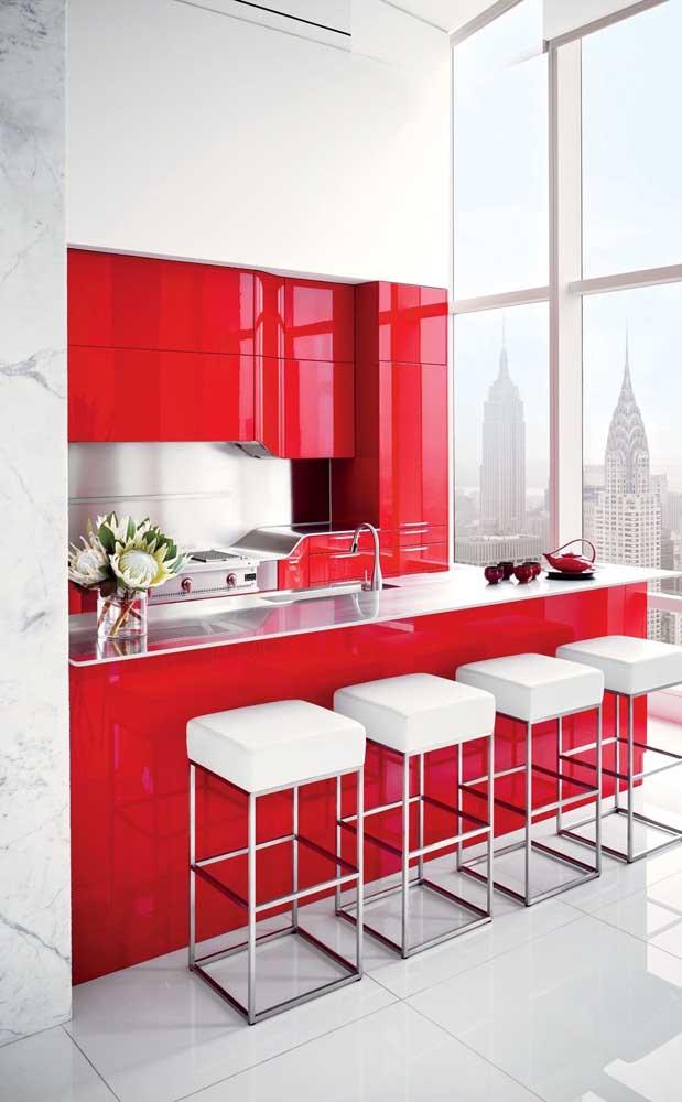 A iluminação natural e a base branca do projeto foram fundamentais para o sucesso do vermelho nessa decoração