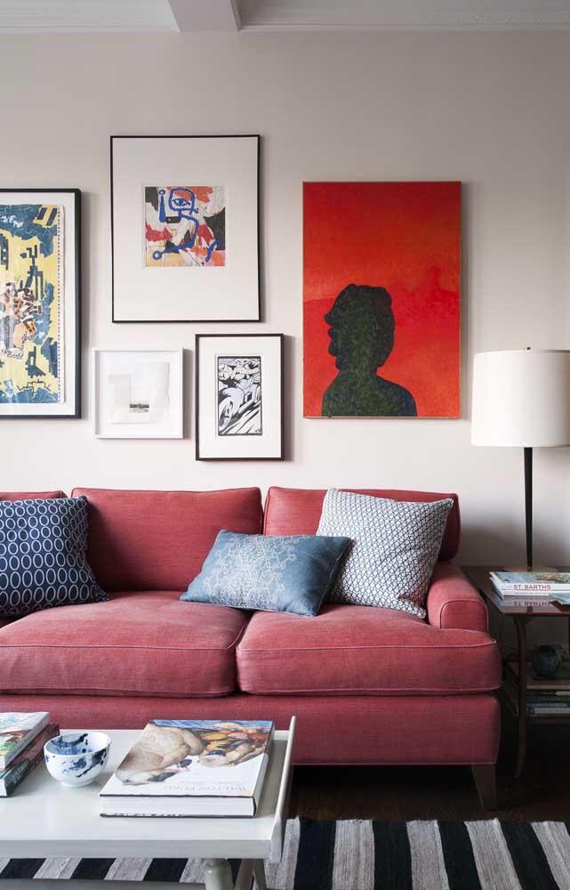 Diferentes tons de vermelho decoram essa sala de estar contemporânea
