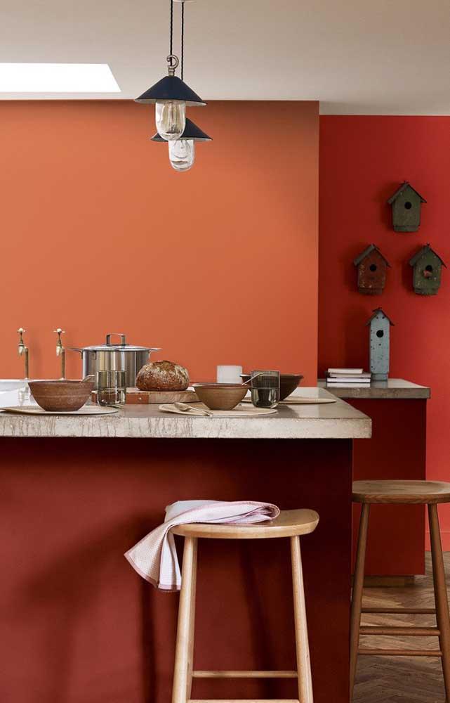A combinação de cores análogas – vermelho e laranja – ficou perfeitamente equilibrada nesse ambiente