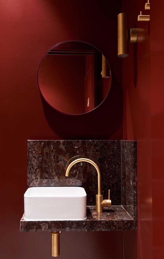 Que luxo esse pequeno lavabo de paredes escarlate!
