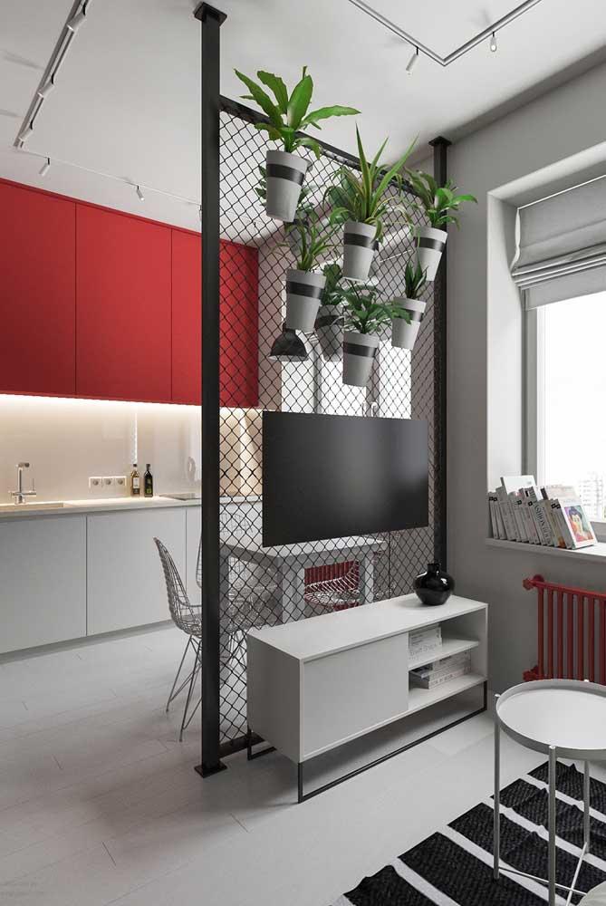 Essa cozinha branca ganhou armários aéreos vermelhos formando uma composição harmoniosa com o restante do ambiente