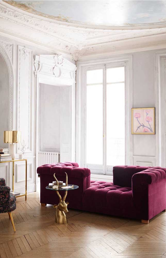 O vermelho rubi quebra um pouco o estilo clássico dessa sala colocando-a em um nível mais glamouroso e original, reforçado pelos elementos dourados da decor