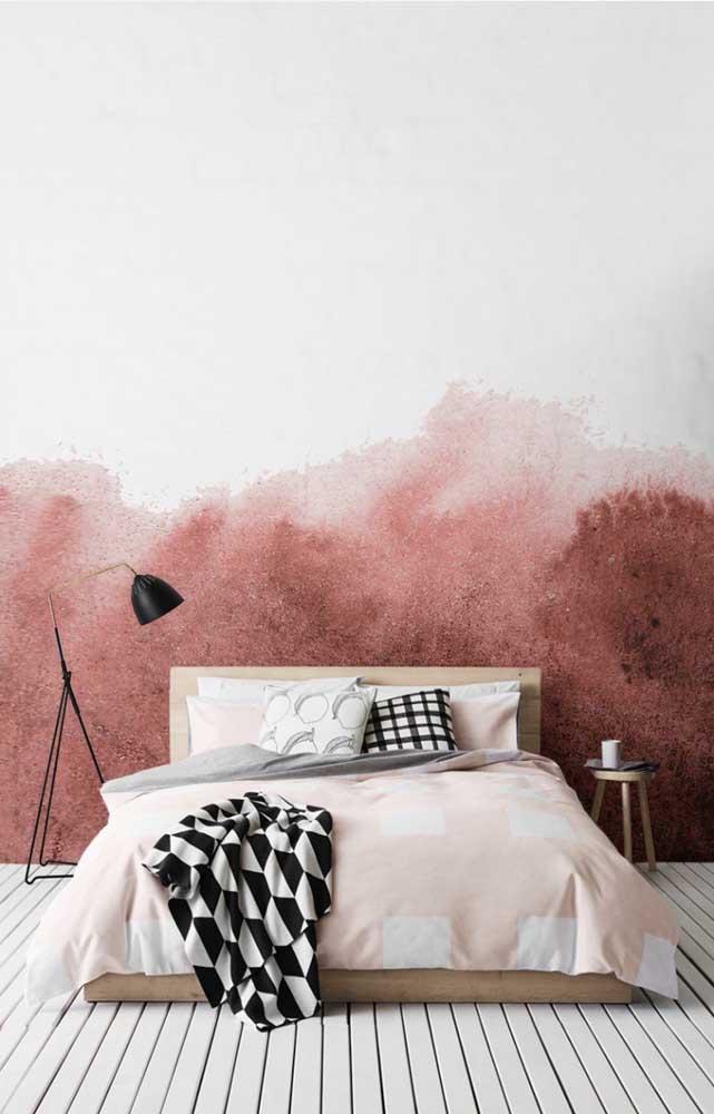 Aquarela em tons de vermelho na parede; uma arte para substituir a cabeceira da cama