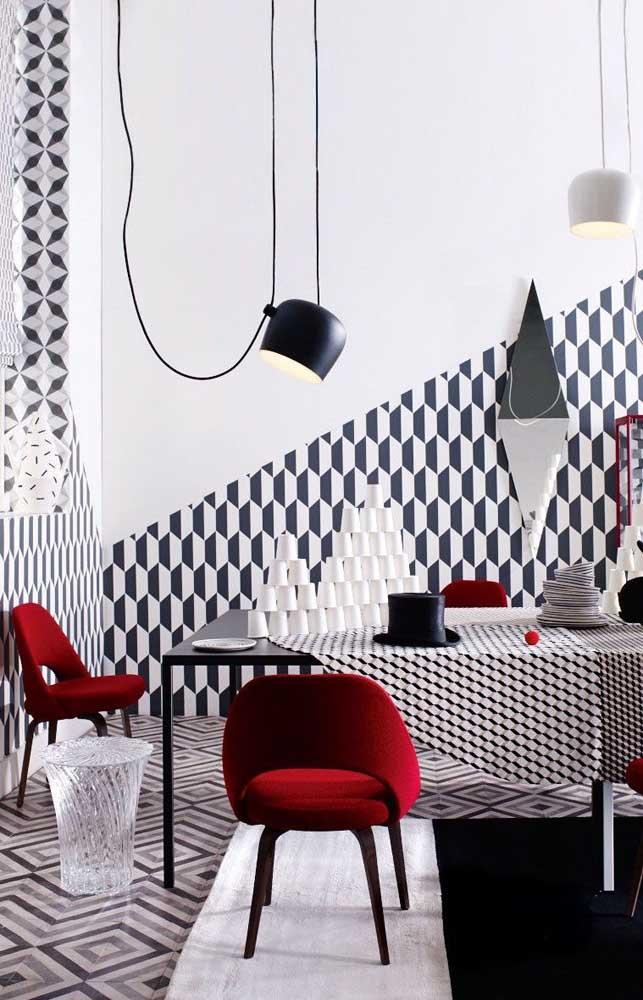 Entre o preto e o branco algumas cadeiras vermelhas; uma proposta super ousada, mas que no final se mostrou certeira