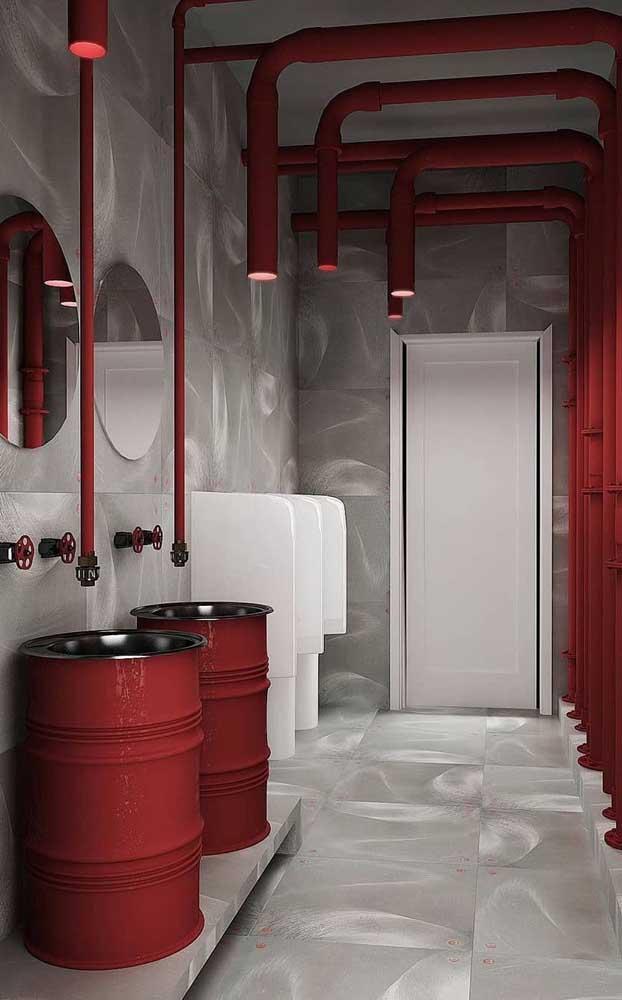 O banheiro moderno e industrial passeia entre a sobriedade cinza e o envolvente e vibrante vermelho