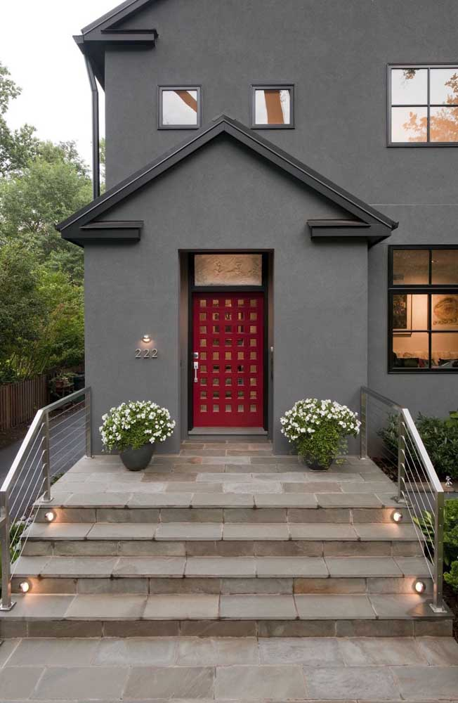 Porta de entrada vermelha: uma ótima opção para animar o visual da fachada