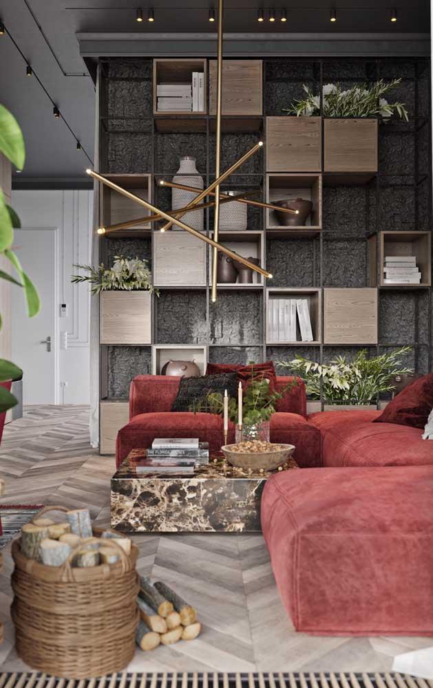 Tons neutros valorizam e destacam o sofá vermelho da sala