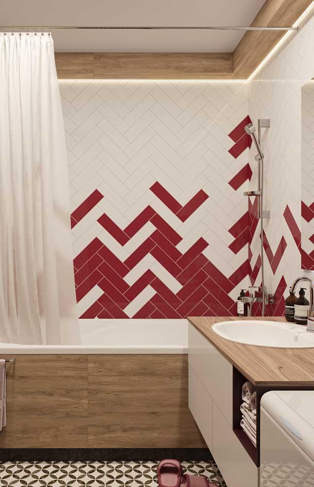 Nesse banheiro, os azulejos de metro com paginação de espinha de peixe ganharam uma combinação entre os tons de branco e vermelho