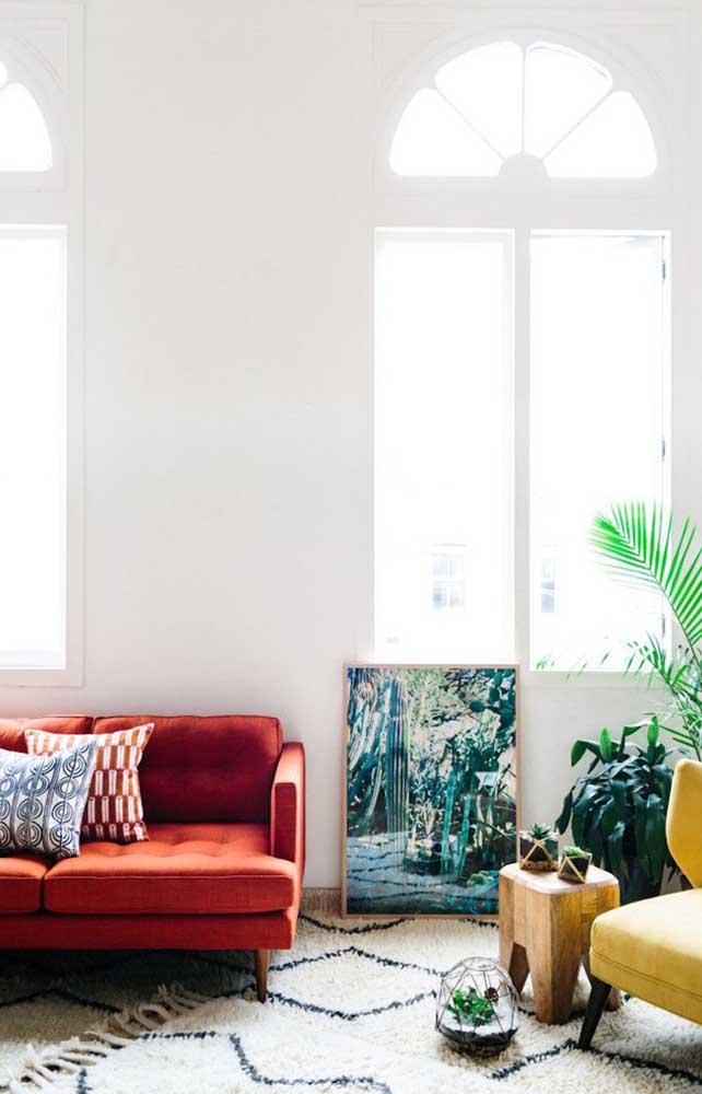 Sofá vermelho para uma sala bem iluminada