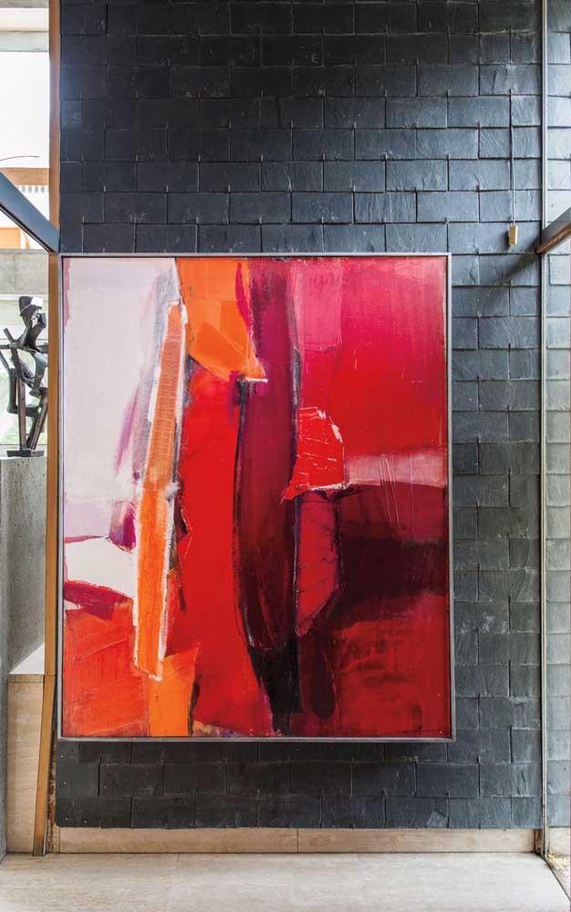 Os quadros em tons de vermelho também integram a decoração