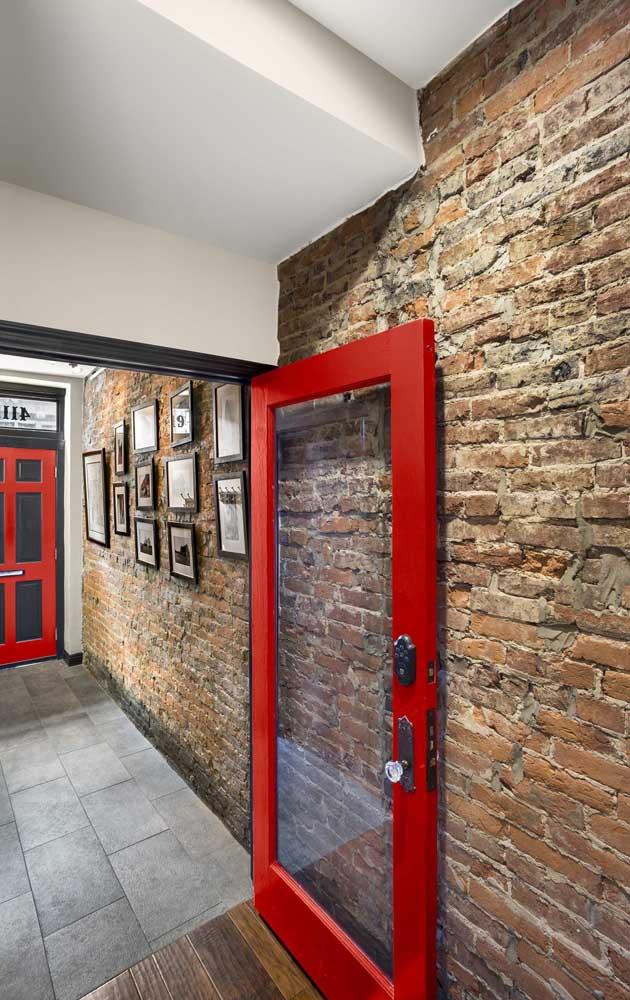 Mesmo aparecendo apenas na moldura da porta, o vermelho consegue causar impacto
