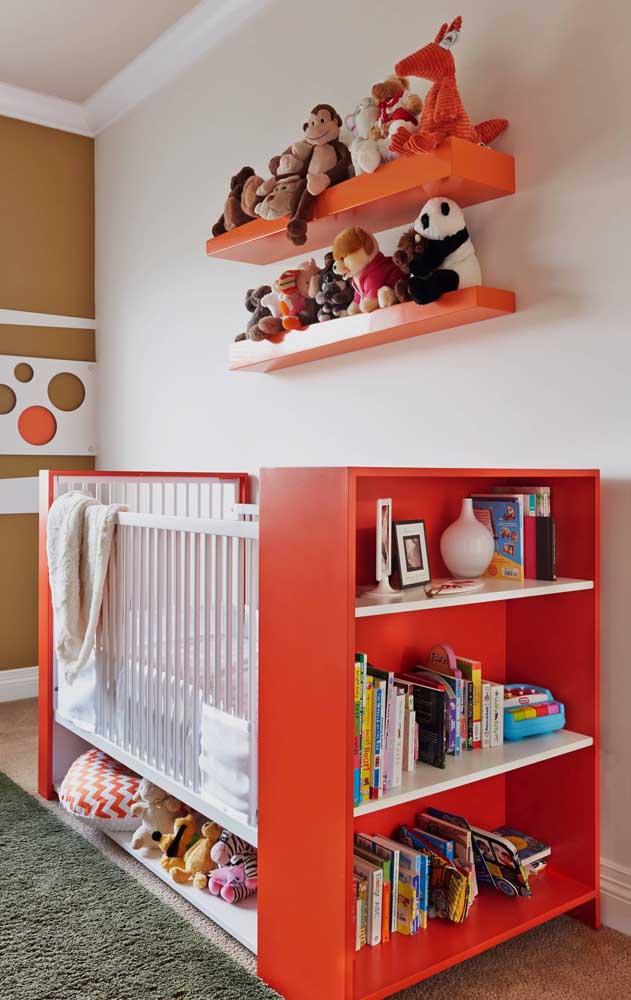 Nesse quarto infantil, o vermelho aparece nos detalhes dos móveis; cuidado para não causar estímulos demais nesse tipo de ambiente