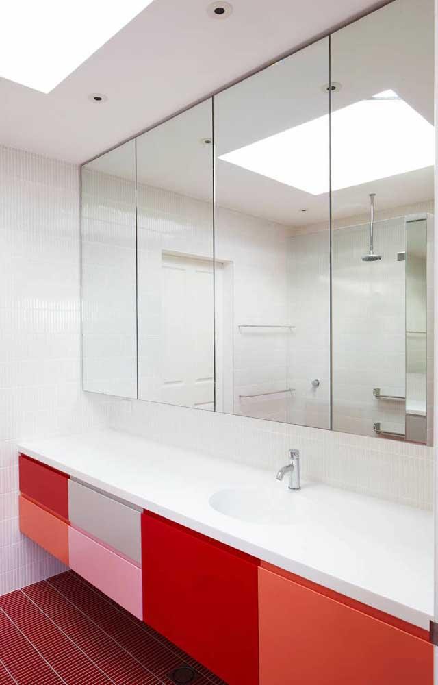 O gabinete de banheiro sob medida ganhou tons variados de vermelho em sua parte frontal