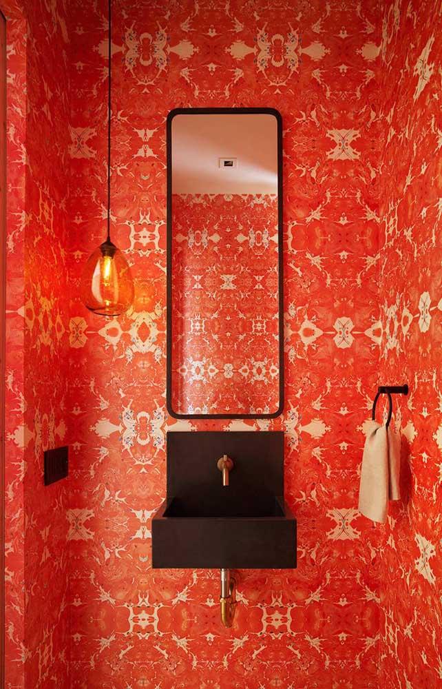 Já pensou em usar papel de parede vermelho no lavabo? Fica a dica!