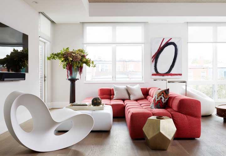 Sala moderna e clean com sofá vermelho: sim, isso é possível!