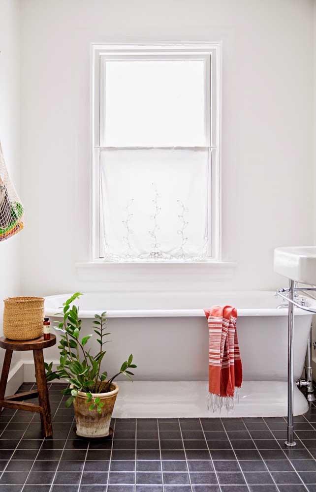 Que tal uma zamioculcas no banheiro? A planta garante aquele toque verde incrível ao ambiente