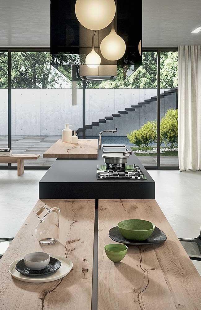 Bancada de cozinha moderna e rústica com parte em madeira e parte em Silestone preto