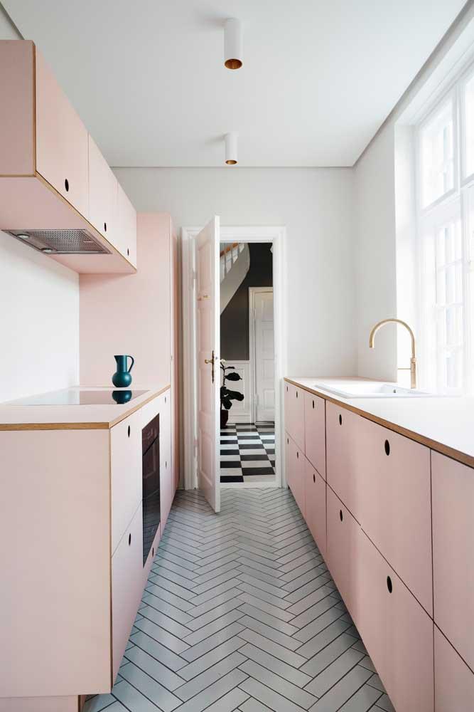 Essa cozinha corredor apostou em uma bancada de madeira revestida com resina laminada