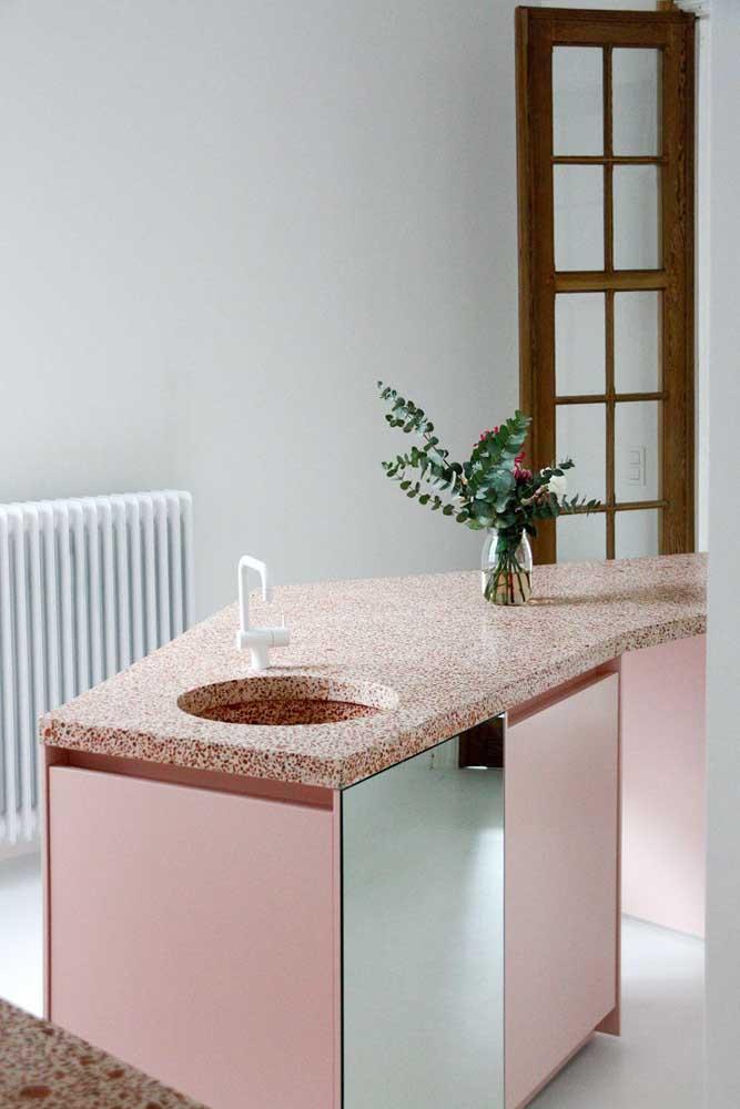 Que graça essa cozinha de armários cor de rosa com bancada de granilite