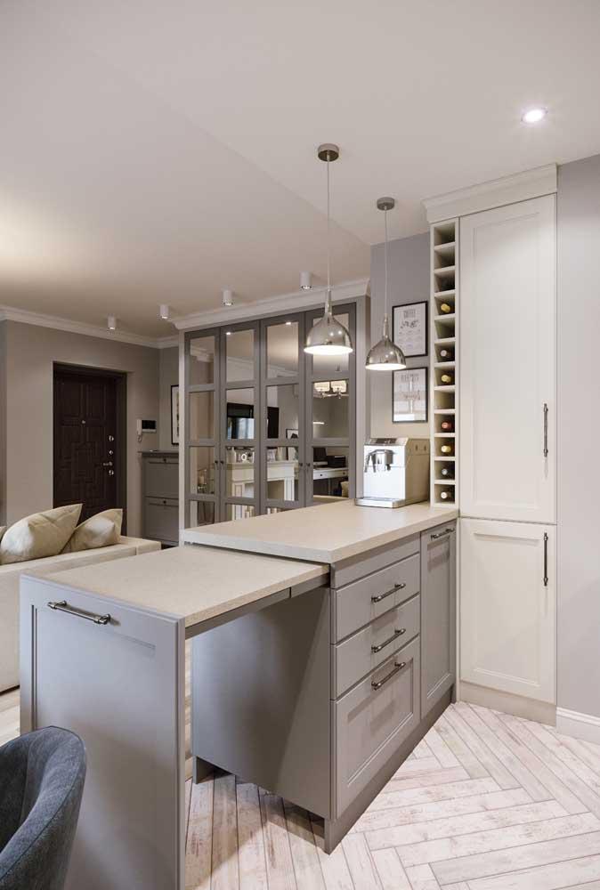 Inspiração de bancada de cozinha estilo americano feita em madeira e Silestone; destaque para a parte retrátil do móvel