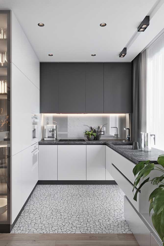 Já essa cozinha pequena, aposto no granito cinza para a bancada