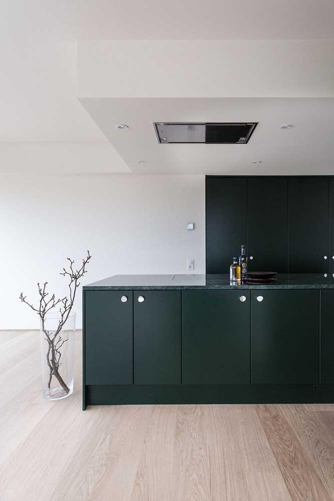 Essa cozinha moderna e minimalista trouxe uma bancada de pedra na mesma cor do armário