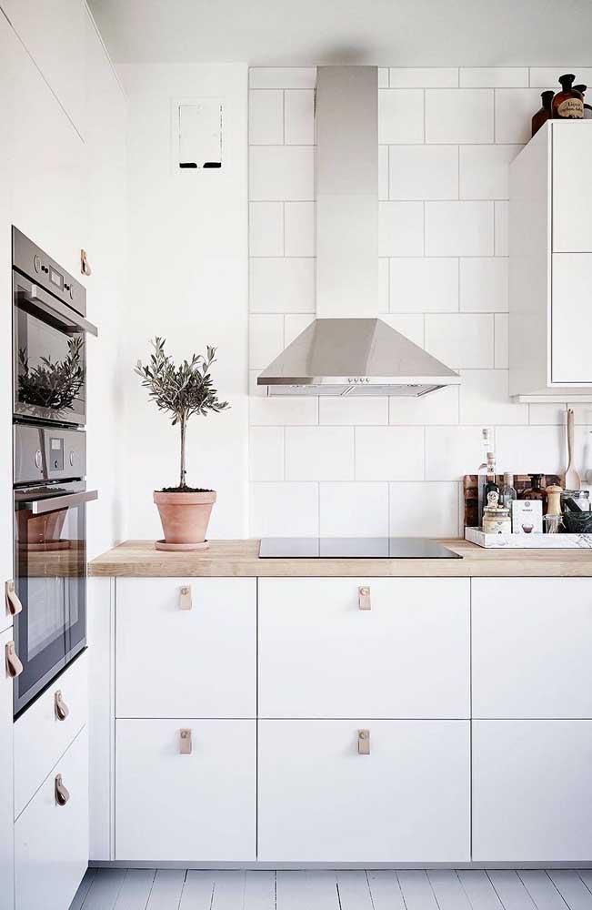 Cozinha branca e clean com bancada de madeira: uma combinação perfeita