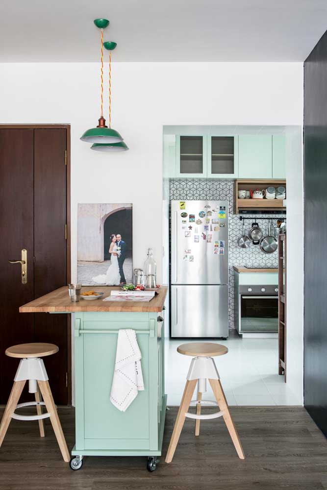 Que charme essa cozinha de estilo retrô com bancada de madeira