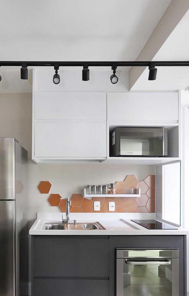 Cozinha pequena e simples com bancada de Silestone branco com espaço para o cooktop e a cuba
