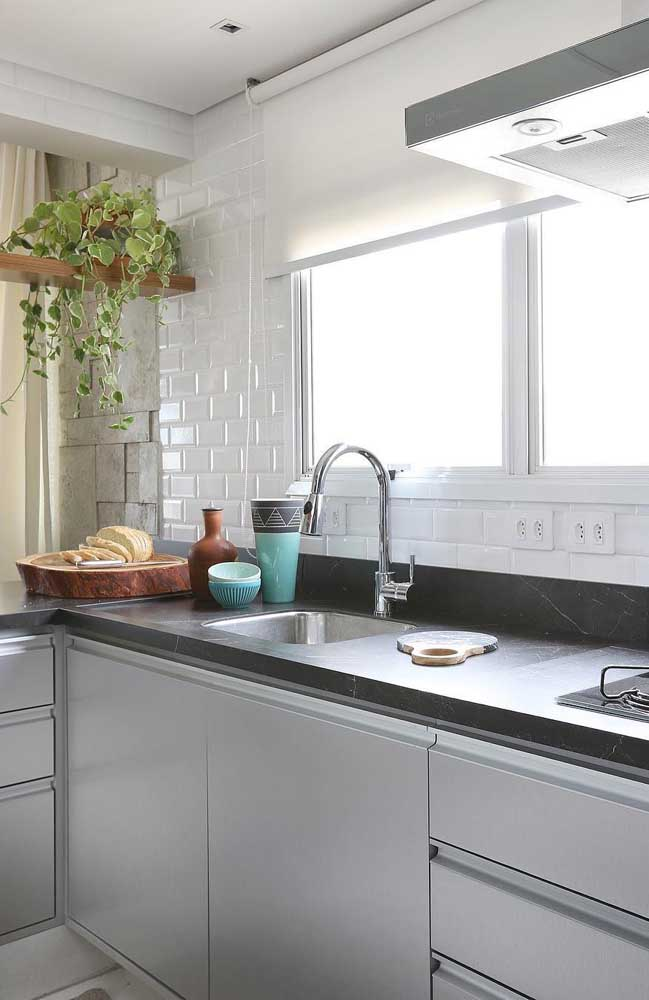 Cozinha planejada com bancada de pedra cinza