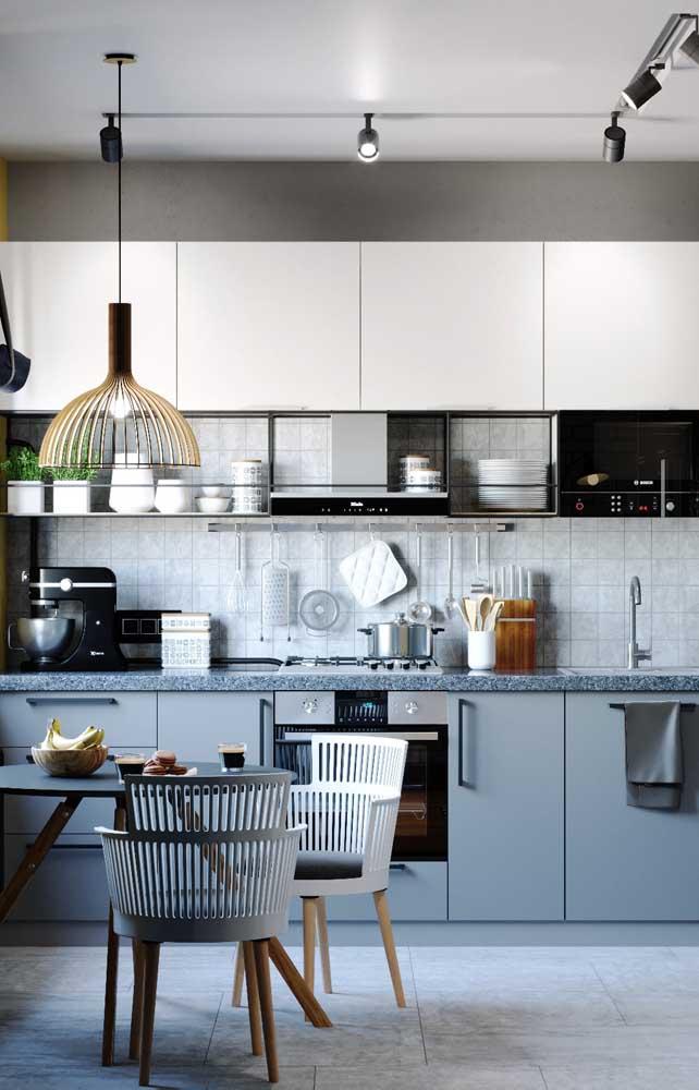Essa cozinha moderna apostou na beleza do granito cinza para compor a bancada