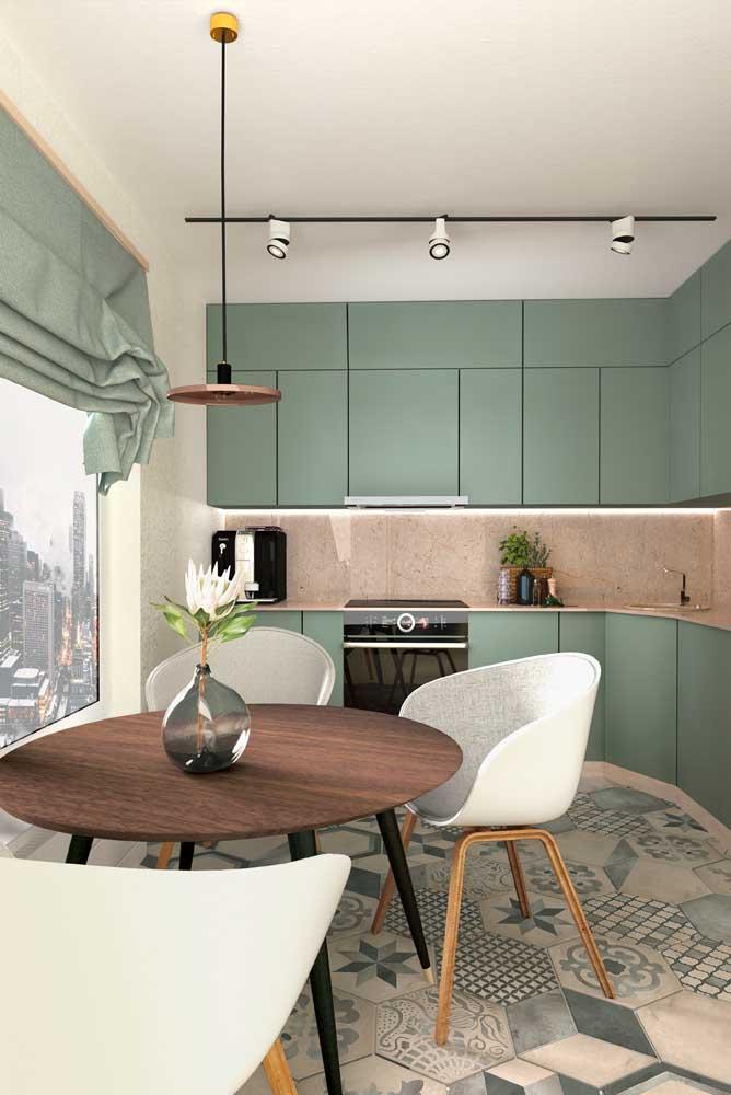 Cozinha moderna colorida com bancada de mármore: estilo e elegância no mesmo projeto