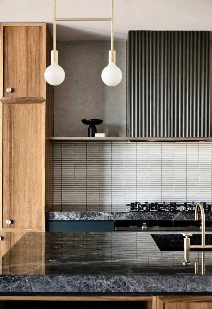 Sem medo de ousar, essa cozinha apostou em uma bancada de mármore preto com veios bem aparentes