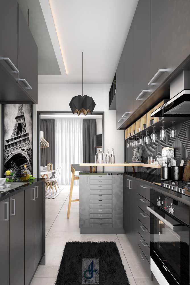 Cozinha pequena com bancada preta, combinando com os armários