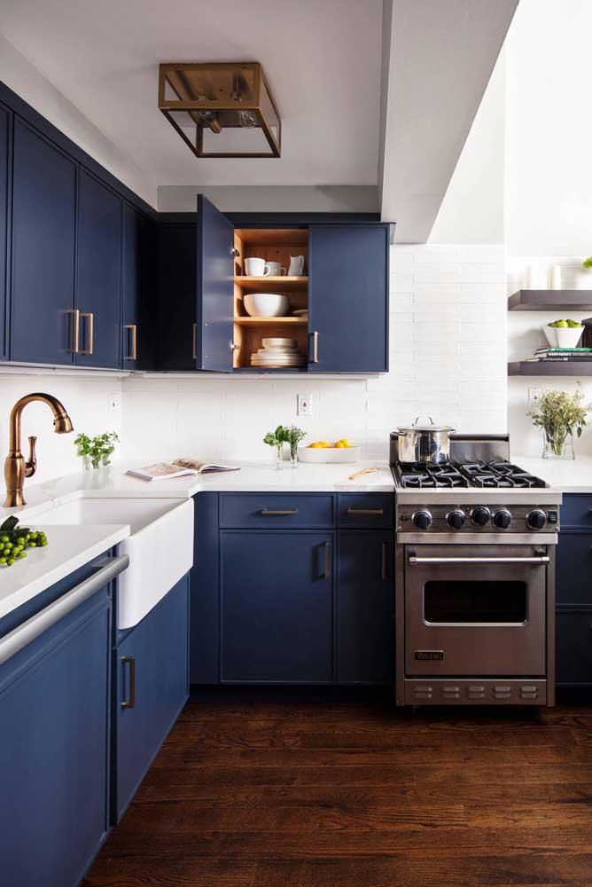 E para realçar a beleza dos armários azuis, uma bancada de mármore branco