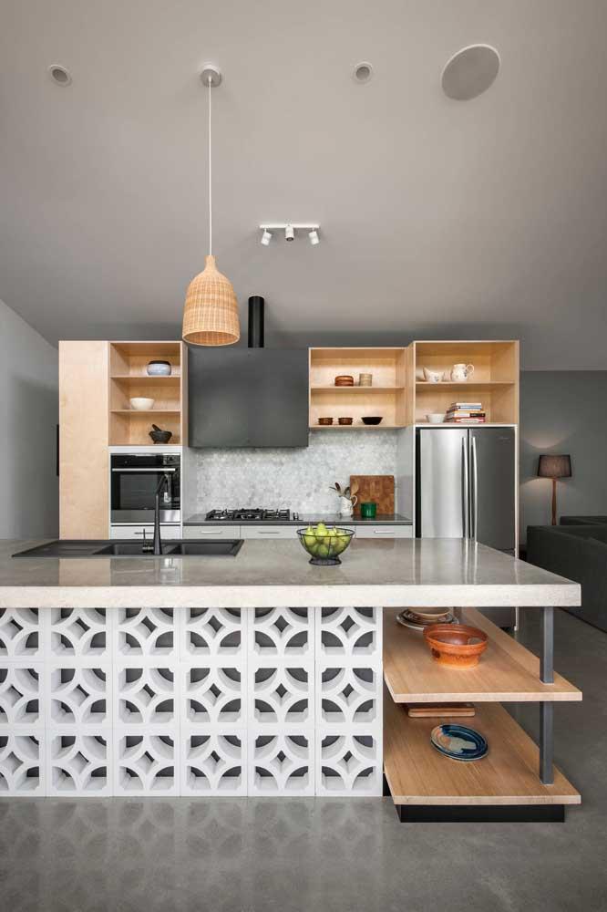 Essa cozinha com ilha recebeu bancadas de pedra clara para combinar com a proposta de decoração