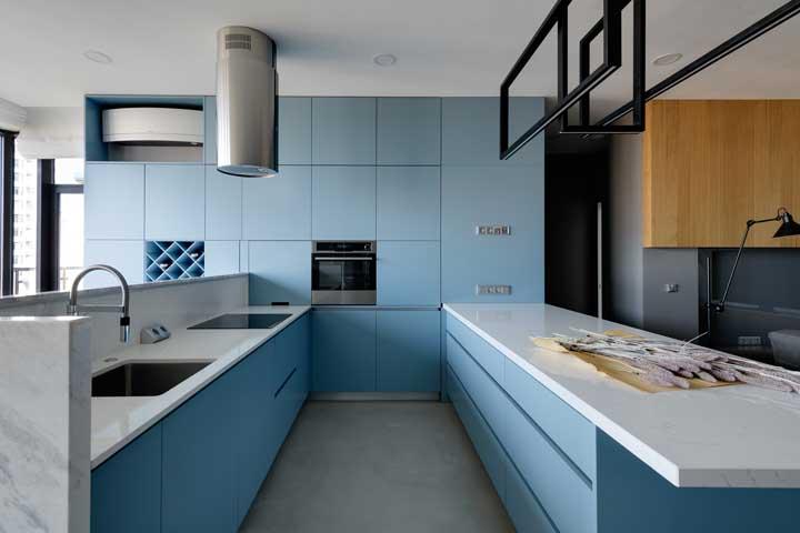 O tom azul delicado dos armários foi complementado pelas bancadas brancas