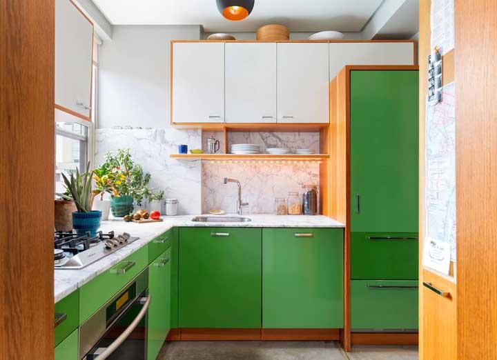 Essa colorida e alegre cozinha verde ganhou uma bancada de mármore branco super elegante