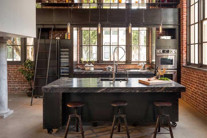 Já essa outra cozinha toda personalizada merecia uma bancada a altura