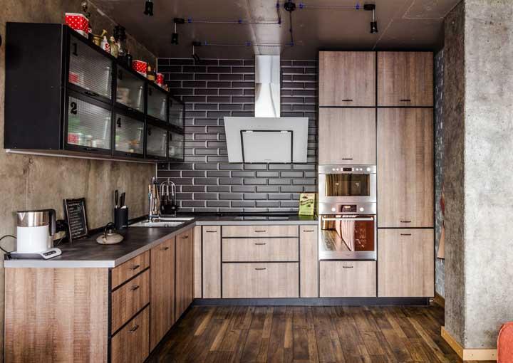 Linda inspiração de cozinha industrial com bancada em Silestone cinza